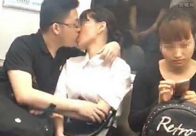 情侣地铁上热吻