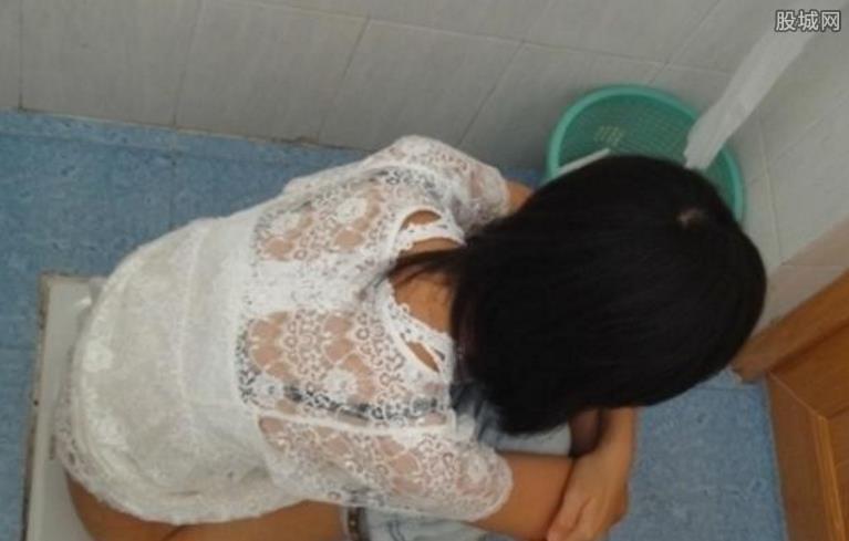 偷拍女人上厕所拍逼��)�h�_【快报】厕所偷拍美女撒尿露体 美女裸露私处尿尿图片